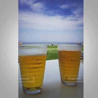 テーブルの上のビールのグラス - No.990772