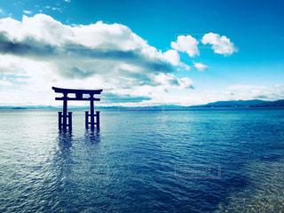湖に浮かぶ鳥居の写真・画像素材[990832]