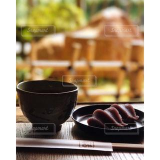 テーブルの赤福餅の写真・画像素材[991422]