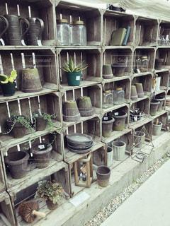 木製キャビネットに飾られた鉢の写真・画像素材[1004721]