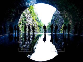 暗闇の中のトンネルの写真・画像素材[1796353]