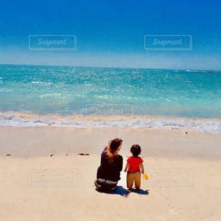 ビーチに立っている少年の写真・画像素材[1237366]