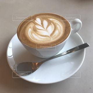 近くにプレートの上にコーヒー カップのアップ - No.990887