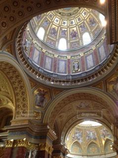 ハンガリーの大きな教会内部の写真・画像素材[991164]