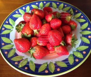 お皿いっぱい苺いっぱいの写真・画像素材[997049]