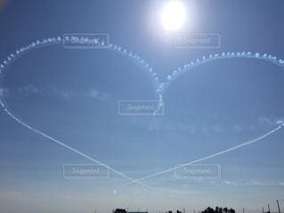 空に凧の飛行の人々 のグループの写真・画像素材[991465]