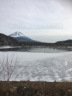 雪の山と水体の写真・画像素材[991327]
