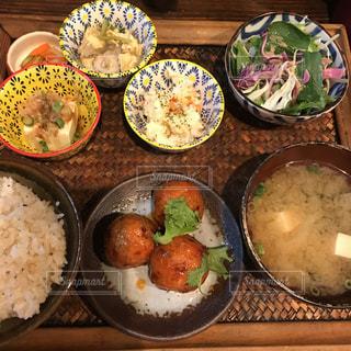 テーブルの上に食べ物の束の写真・画像素材[720740]