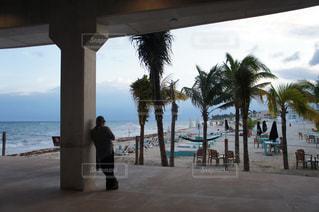 ビーチを見ている男性の写真・画像素材[993197]