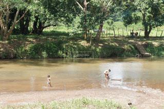 川で子供を洗う母親の写真・画像素材[993200]
