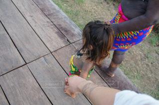 エンベラ族の子供と手を繋ぐの写真・画像素材[993201]