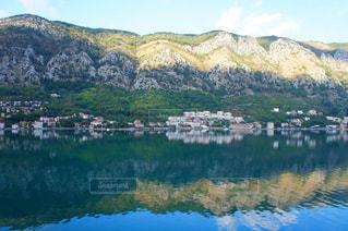 アドリア海に映し出された山の写真・画像素材[993209]