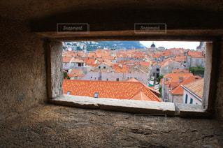 小窓から覗く街並みの写真・画像素材[993246]