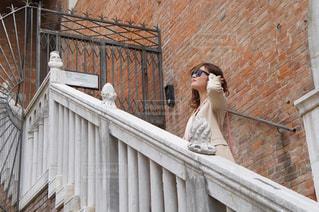 階段から景色を見る女性の写真・画像素材[993250]