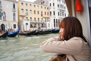 船から街を眺める女性の写真・画像素材[993252]