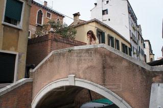 橋の上でほおづえをつく女性の写真・画像素材[994217]
