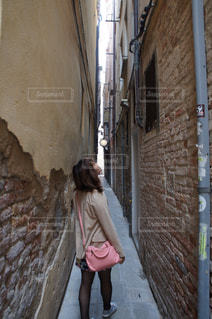 歩道を歩く女性の写真・画像素材[994218]