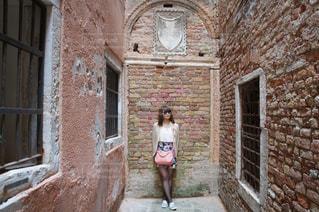 れんが造りの建物の前に立っている女性の写真・画像素材[994222]