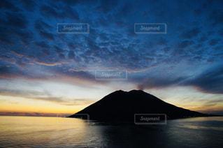 海の上の火山の写真・画像素材[1054681]