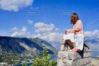コトルの街を眺める女性の写真・画像素材[1054809]