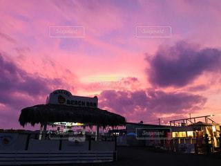 ピンク色の夕焼けの写真・画像素材[1302433]