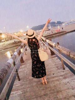橋を渡る女性の写真・画像素材[1316389]