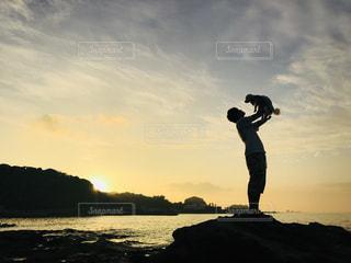 海と犬と男性の写真・画像素材[1446136]