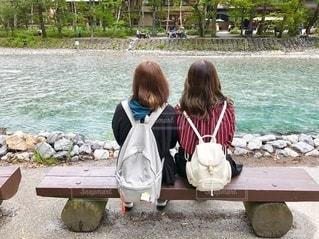 川を眺める姉妹の写真・画像素材[2743897]