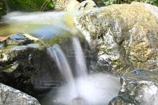 小さな滝の写真・画像素材[4677372]