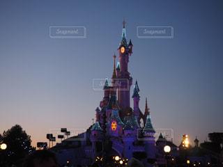 街にそびえる大きな時計塔の写真・画像素材[991793]