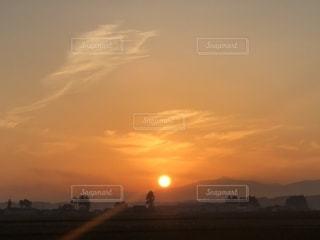 水の体に沈む夕日の写真・画像素材[1654110]