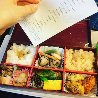 新幹線の中で賛否両論の駅弁を食べるの写真・画像素材[992939]