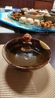 テーブルの上の鬼のお猪口の写真・画像素材[1714638]