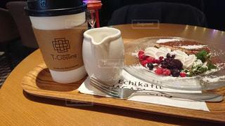 テーブルの上のコーヒー カップの写真・画像素材[1714681]