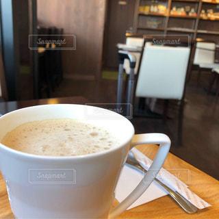テーブルの上のコーヒー カップの写真・画像素材[1841505]