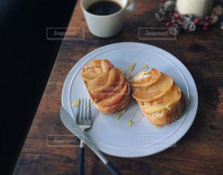 食品とコーヒーのカップのプレートの写真・画像素材[993792]