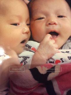 赤ん坊を持っている人の写真・画像素材[993274]