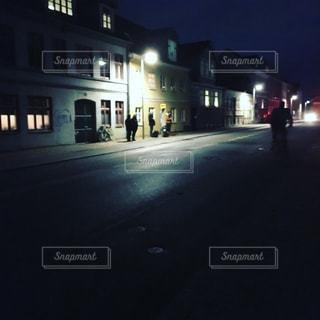 夜のバス停の写真・画像素材[993361]