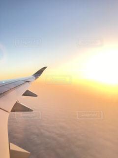 空を飛んでいる飛行機の写真・画像素材[994934]