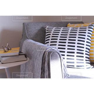 一人掛けソファで楽しむ読書スペース北欧風の写真・画像素材[1025918]