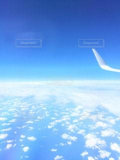空を飛んでいる大きな商業飛行機の写真・画像素材[1130187]