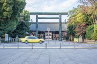 神社の鳥居の前を走る黄色のタクシーの写真・画像素材[4022714]