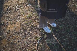 公園の地面に立つ女性の足の写真・画像素材[4022842]