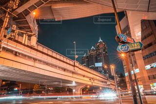 高層ビルが立ち並ぶ都会の夜景の写真・画像素材[4023161]