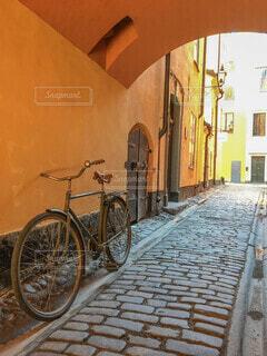ガムラスタン(スウェーデン・ストックホルム)の石畳の道とフォトジェニックな自転車の写真・画像素材[4036407]