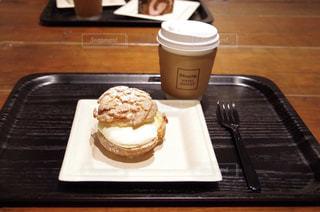 木製テーブルの上のコーヒー カップ - No.1015358