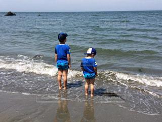 波と遊ぶ兄弟の写真・画像素材[1272219]