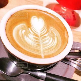 テーブルの上のコーヒー カップの写真・画像素材[1061246]