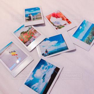 テーブルの上のチラシのスタックの写真・画像素材[1061251]