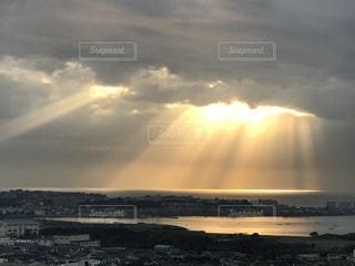 神々しい光のシャワーの写真・画像素材[994745]